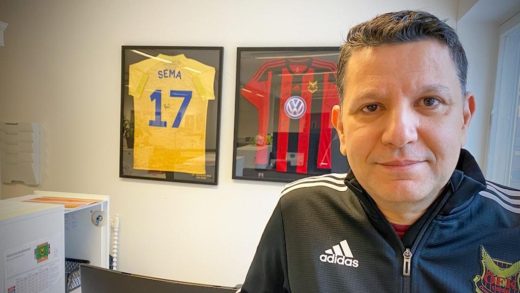 En man med ÖFK-logga på tröjan.