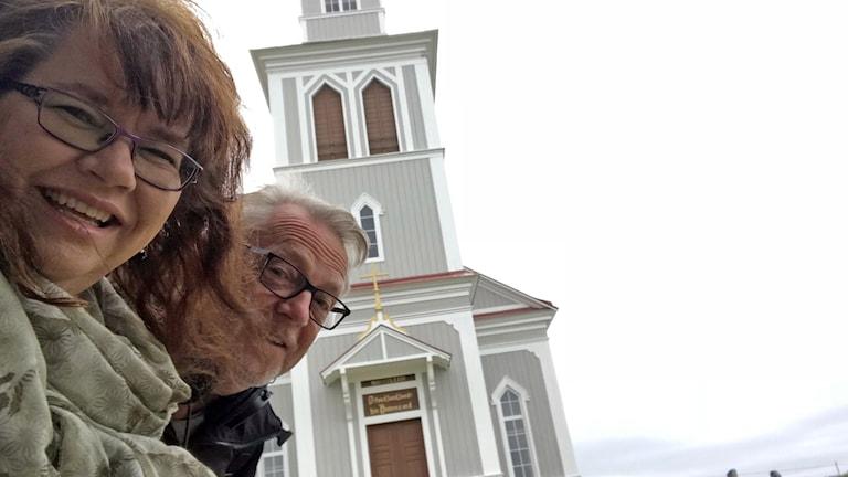 Anneli och Leif vid Åsarna gamla kyrka.