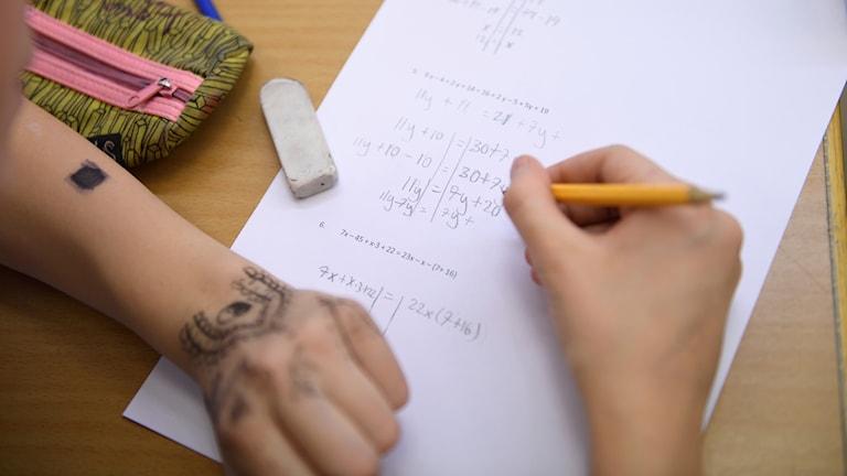 STOCKHOLM 20161125   Läraren Olve Hellström, årskurs 7 Kulturama grundskola i Sundbyberg. Bättre självförtroende och trygghet i yrkesrollen. Det är några av de positiva effekter som lärare anser sig fått efter att ha deltagit i Skolverkets satsning för att utveckla undervisningen i matematik – Matematiklyftet.   Foto Henrik Montgomery / TT kod 10060