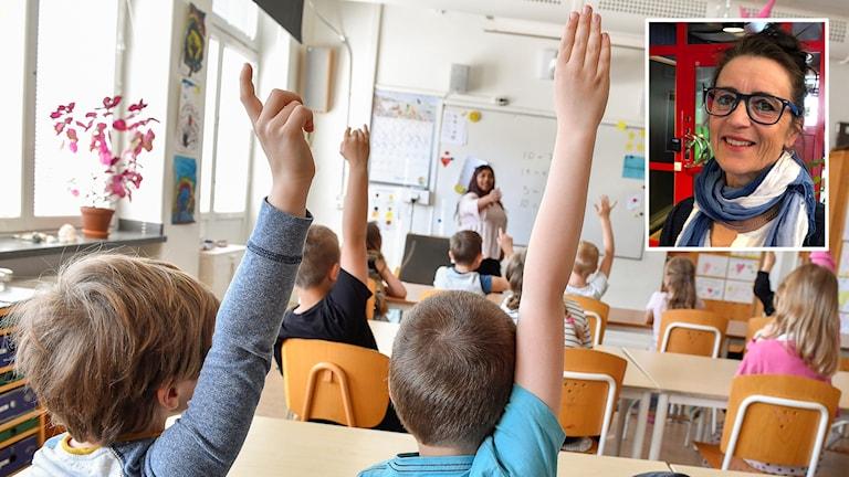 Barn sitter i skolbänken och flera räcker upp handen.