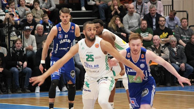 Jämtland basket i semifinal mot Södertälje och Jonathan Person i förgrunden med Jämtlands Gustav Hansson till höger. Arkivbild från en tidigare match.