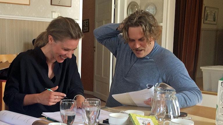 Två skådespelare läser manus
