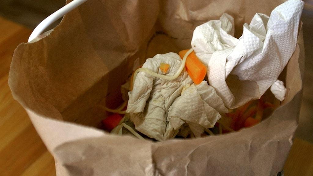 papperspåse med apelsinskal och hushållspapper mm