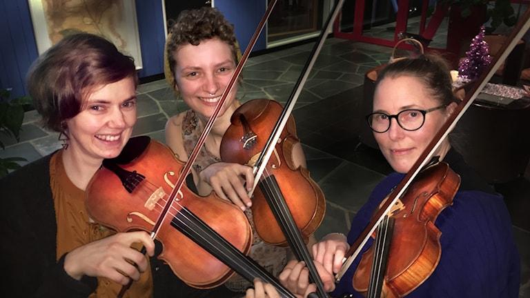 Folkmusiktrion Flator med felor består av Elin Nilsson, Amanda Michaelsdotter Eriksson och Angelika Sjöstedt Landén.
