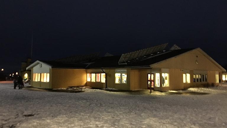 Skolbyggnad på kvällen, snö på marken