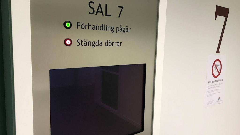 En skylt med texten förhandling pågår, stängda dörrar