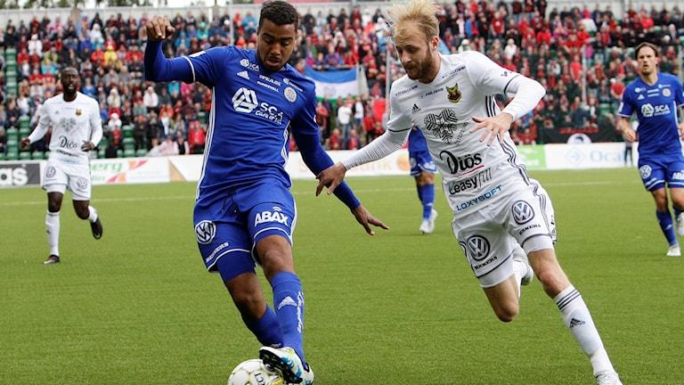 Sundsvalls Noah Sonko Sundberg och Östersunds Curtis Edwards under allsvensk fotbollsmatch mellan GIF Sundsvall och Östersund
