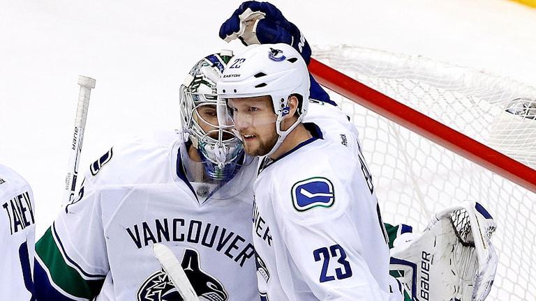 Vancouver-backen Alexander Edler blir borta i fyra till sex veckor. Han har brutit vänster pekfinger och måste opereras, uppger NHL:s hemsida. Den blågula hockeystjärnan skadade sig i helgen när han täckte ett skott från en annan svensk, Colorados Carl Söderberg.  Den här säsongen har Edler spelat 21 NHL-matcher, gjort ett mål och två assist och fått mest speltid av alla i Vancouver Canucks. Foto: Ross D. Franklin/AP/TT