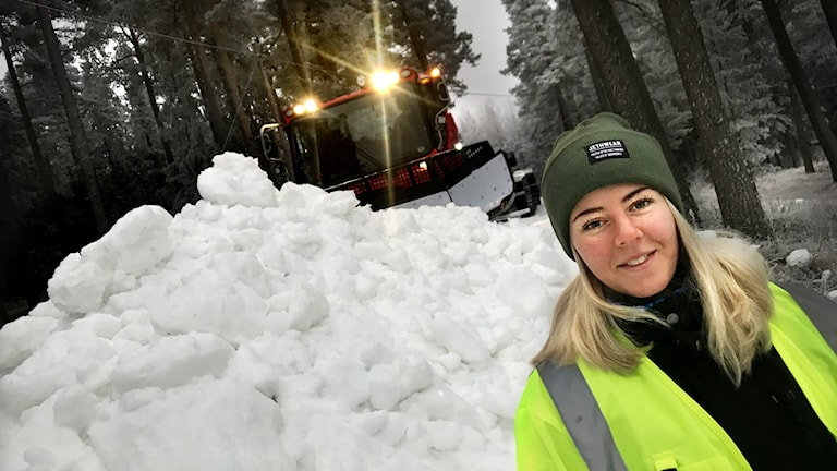Pistmaskinföraren Evelina Eriksson arbetar med skidspåren vid ÖSK-området i Östersund.