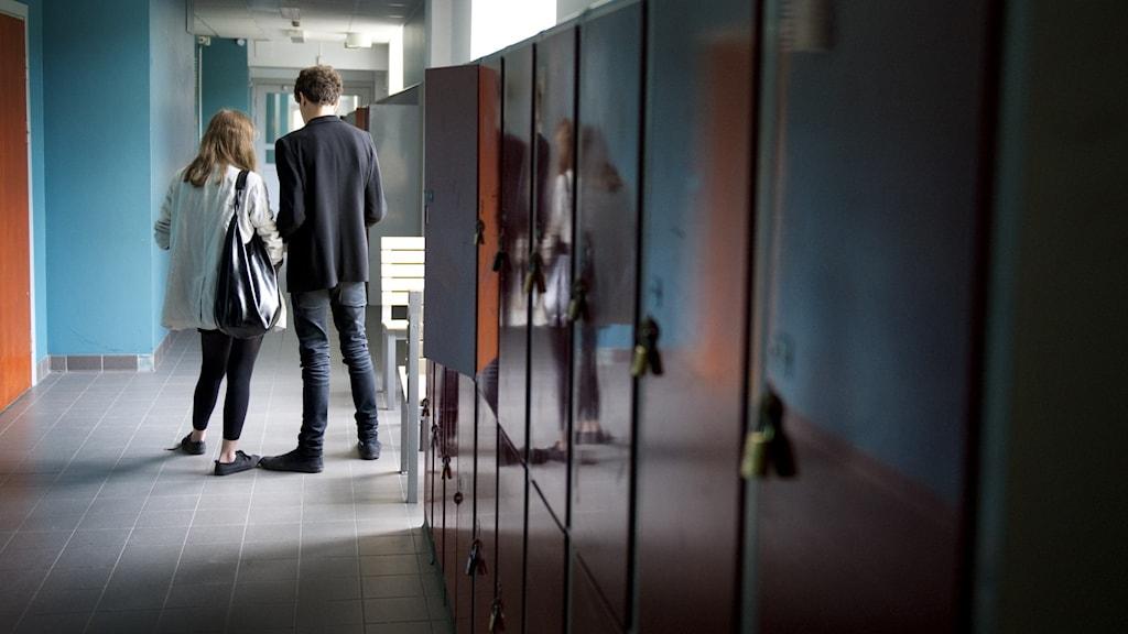 skolkorridor med elever långt bort