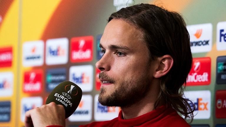 Manlig fotbollsspelare på presskonferens