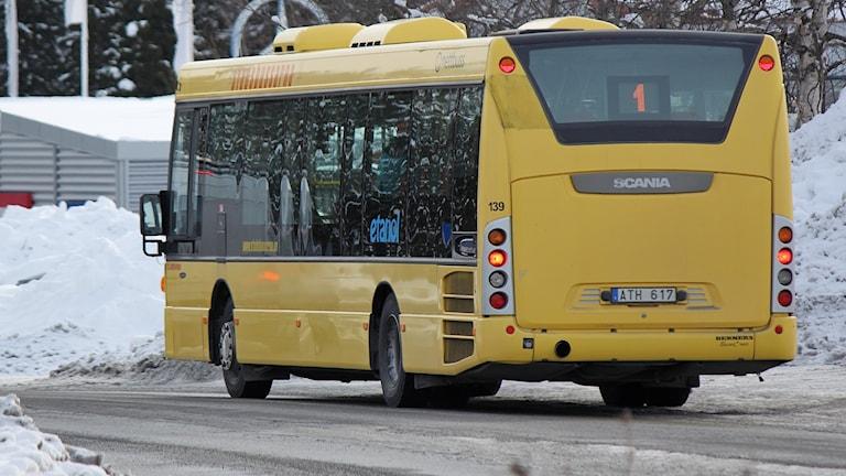 Gul lokalbuss på vintergata