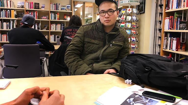 Elev vid biblioteksbord