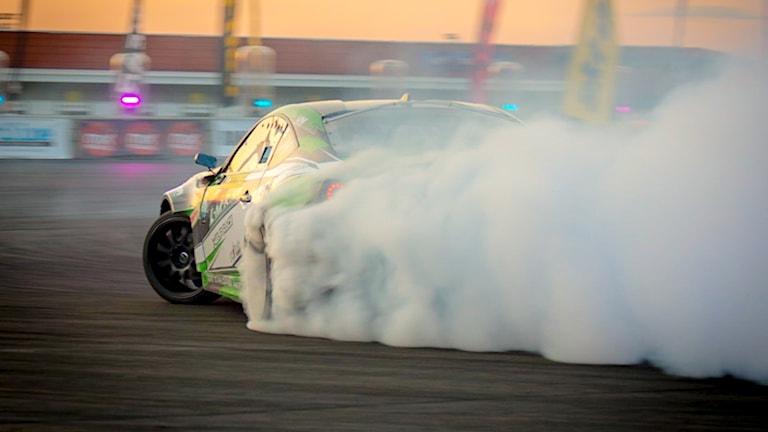 I motortävlingen Gymkhana Drift gäller det att sladda bilen i sidled.