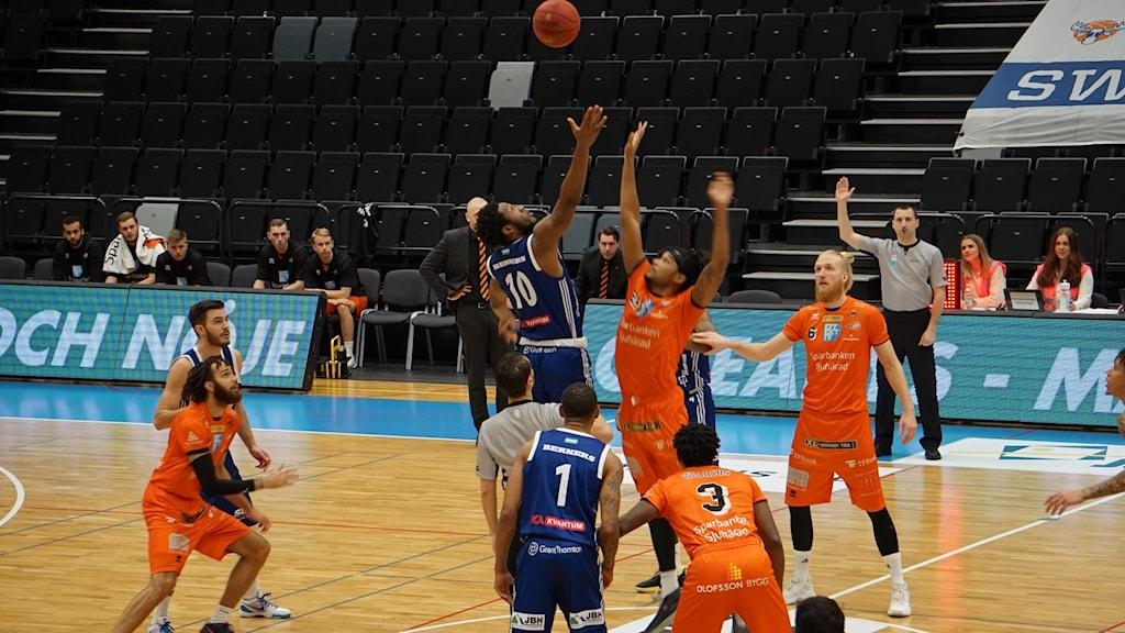 Uppkast i basketmatchen mellan Jämtland och Borås.