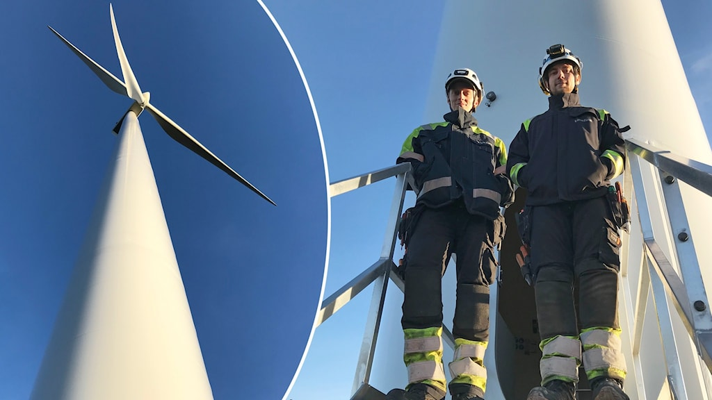Tå män i arbetskläder och hjälmar står på trappa vid foten av ett vindkraftverk och infällt ser man en vindsnurra nedifrån mot blå himmel