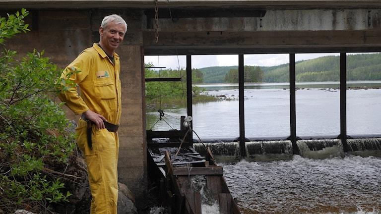 Curt Jonsson vid sitt mikrokraftverk på Gården i Ede i Strömsunds kommun