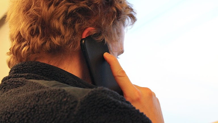 Man talar i mobiltelefon