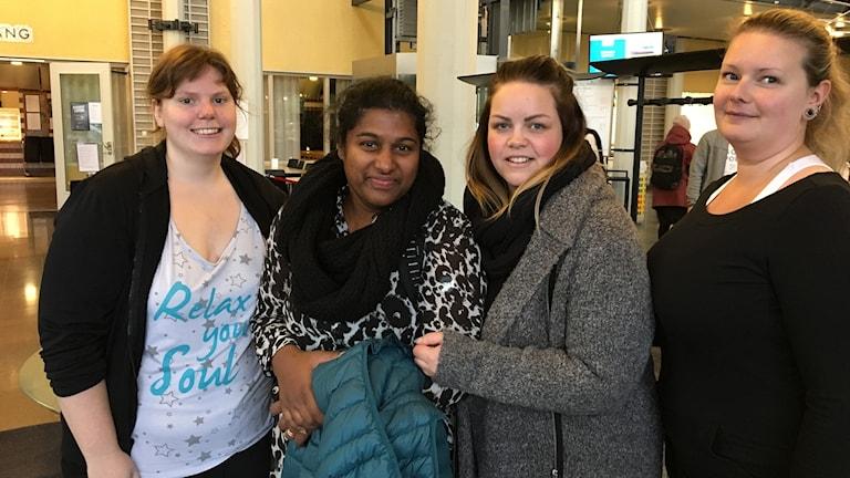 Fyra tjejer på rad i fiket på Mittuniversitetet.
