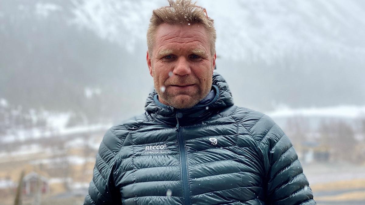 Man med täckjacka i snöfall