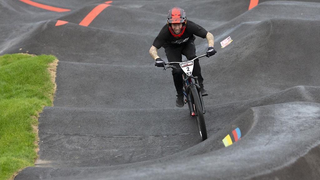 Cyklist i asfalterad cykelbana med gupp