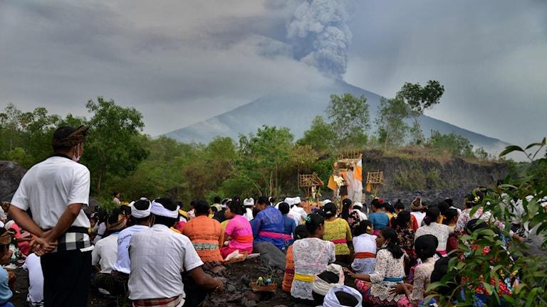 Människor evakueras vid vulkanutbrott