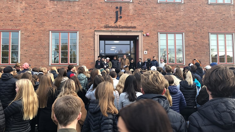 Demonstration utanför Wargentinskolan. Foto: Åsa Swee/Sveriges Radio