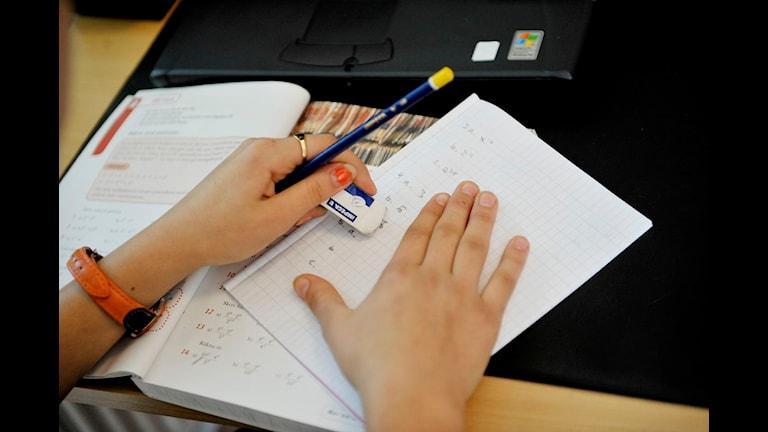 Händer med skolböcker. Foto: Jessica Gow/Scanpix