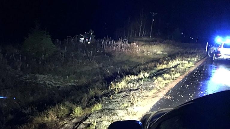 Gripandet av 21-åringen i Krångede, Polisbil i mörker, Misstänkt i diket