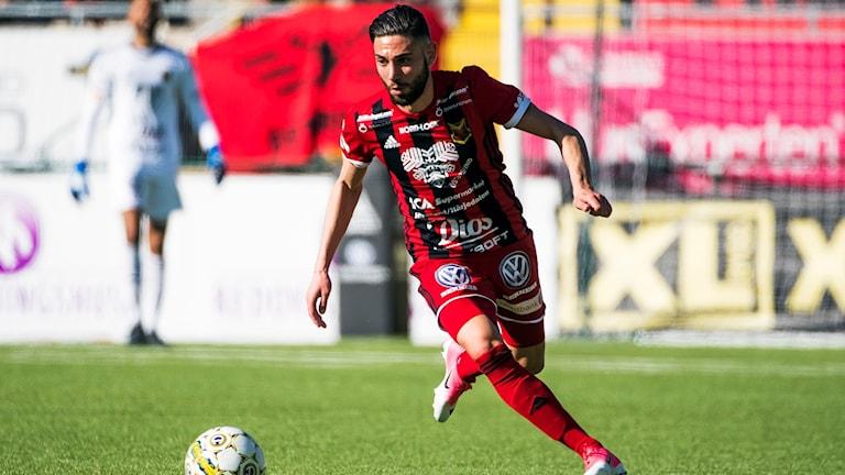 Gabriel Somi Östersunds Fotbollsklubb med boll på fotbollsplan