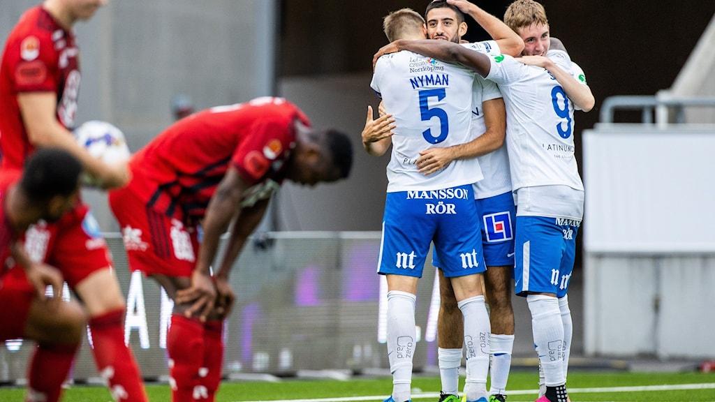 Ledsna ÖFK spelare efter förlusten. Glada Norrköpingspelare fotboll för vinsten.