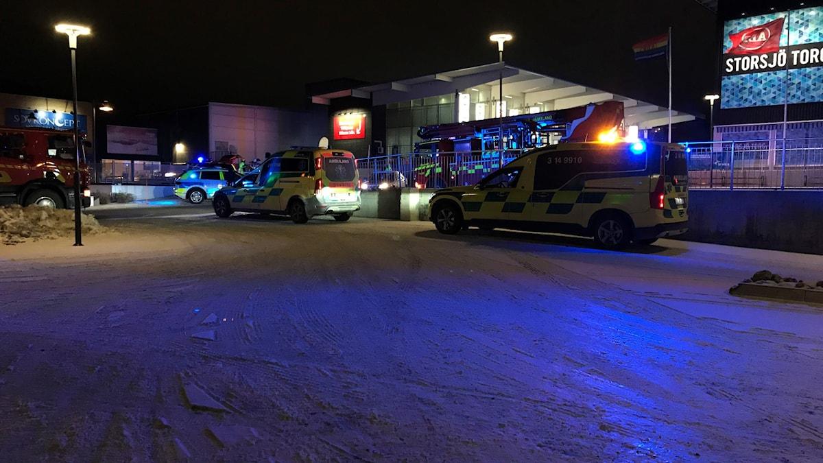 Två ambulanser utanför mataffär.