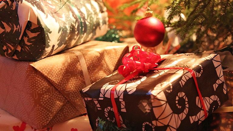 Julklappar vid en julgran