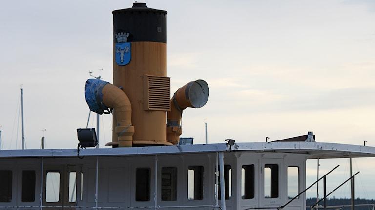 Gul skorsten på passagerarbåtstak