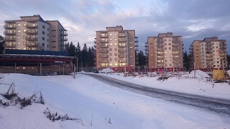 Fyra flervåningshus under byggnation i vintermiljö