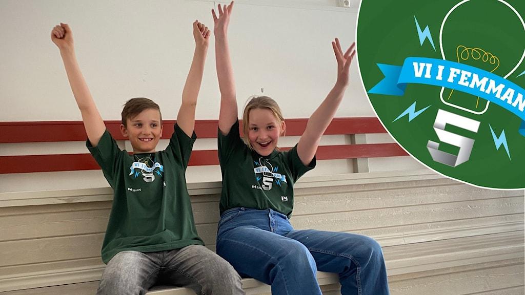 En tjej och en kille sitter på en bänk med händerna uppsträckta i luften