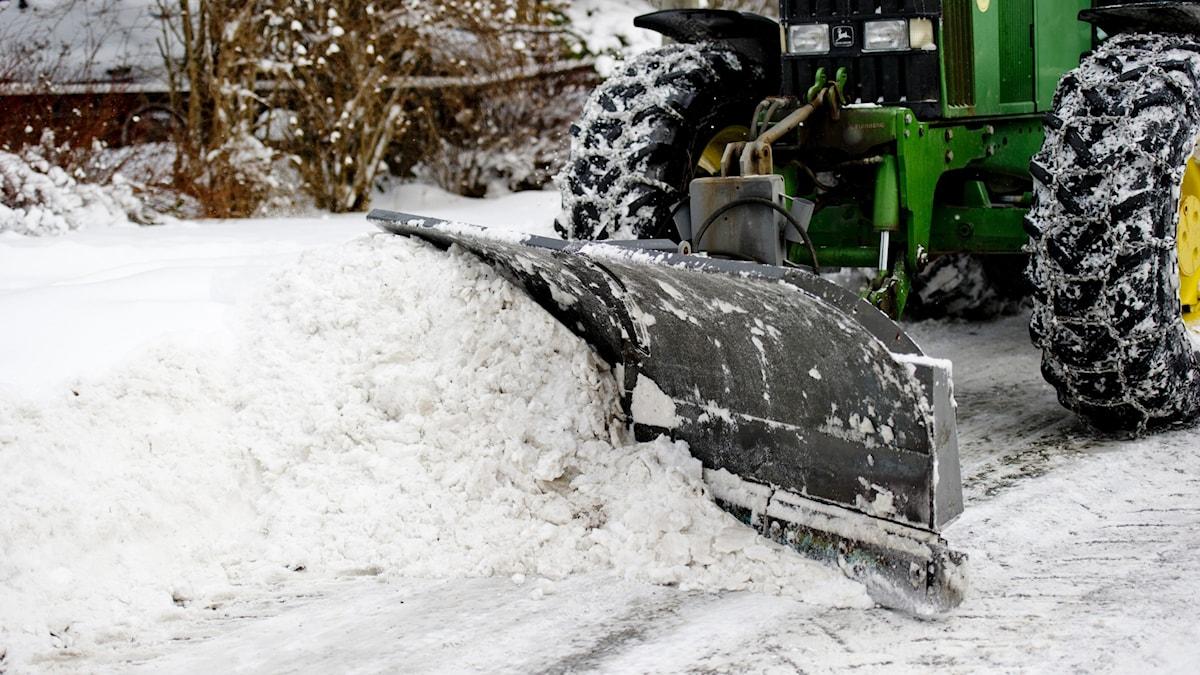 plogblad på snöröjartraktor
