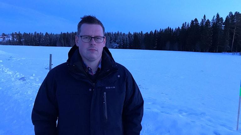 Jonatan Roth, kör upp skidspår i övre Torvalla, Ängsmon tillsammans med en kompis.