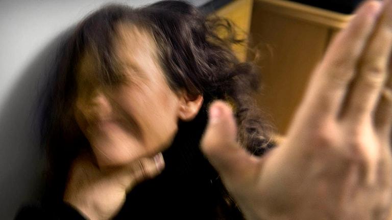 En kvinna misshandlas med slag i ansiktet (arrangerad bild)