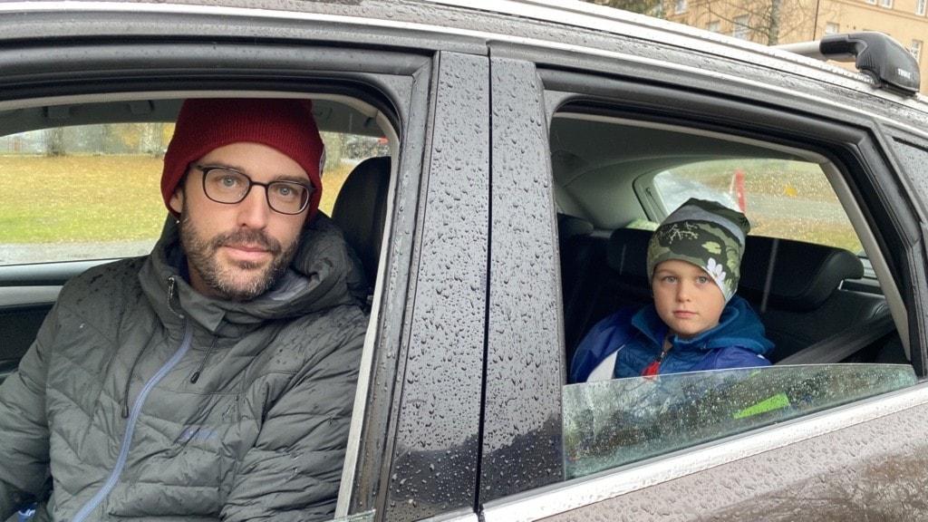 Barn och förälder i en bil
