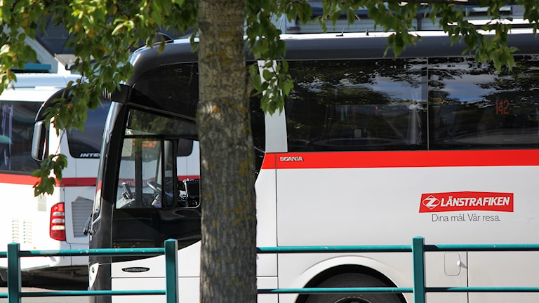 Två bussar från Länstrafiken parkerade på busstorget i Östersund