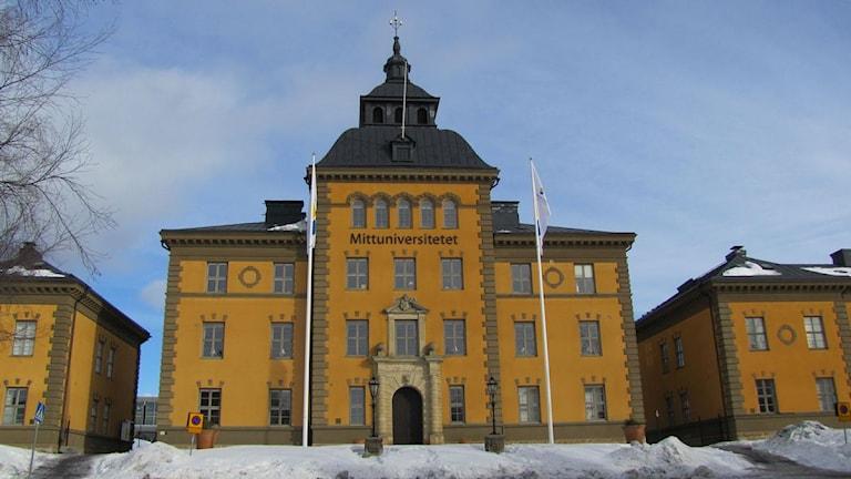 Mittuniversitetets huvudbyggnad - gamla A 4:s kanslihus. Mars 2010. Foto: Emelie Andersson