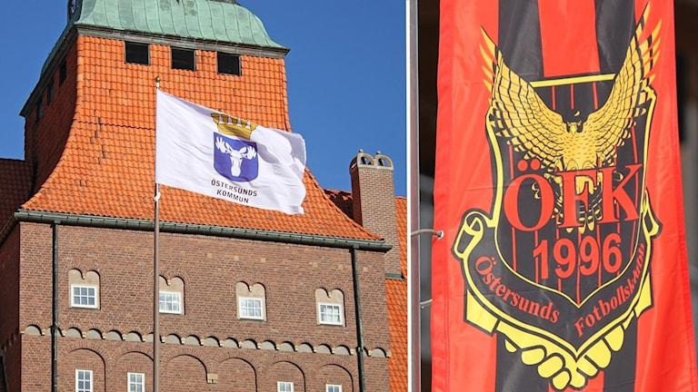 Rådhuset och ÖFK:s flagga. Foto: Sveriges Radio