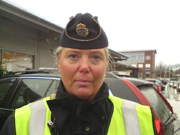 Kvinnlig polis med uniformsmössa