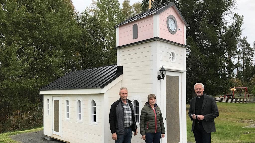 Plåtslagaren Rolf Andersson, initiativtagaren Åsa Nilsson och kyrkoherden Peter Forsberg framför lekkyrkan i Ragunda. Foto: Per Larsson