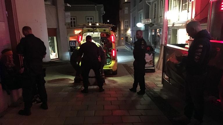 En person lastas in i en ambulans utanför en krog i Östersund, poliser runtomkring.
