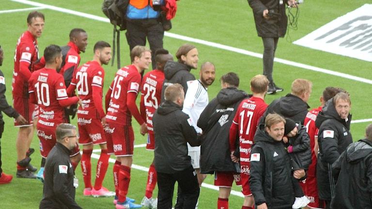 ÖFK firar 2-1 mot Djurgården tillsammans med hemmaklacken Falkarna.