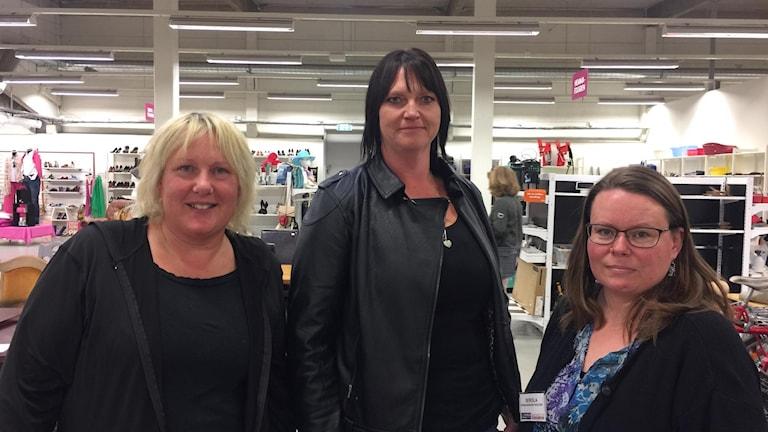 Tre kvinnor står i en butik