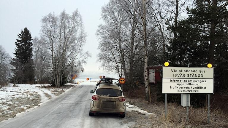 Bil står vid skylten precis vid påfarten till isvägen vid Vällviken.