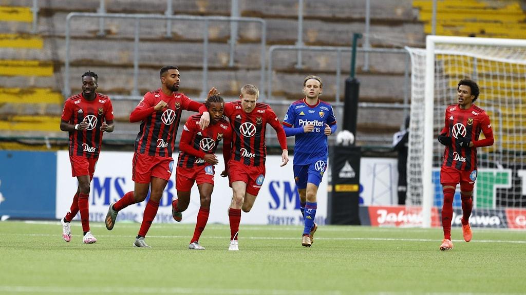 Östersunds Francis Jno-Baptiste klappas om efter att ha kvitterat till 1-1 mot Djurgården på Jämtkraft Arena. Till höger om målskytten Simon Kroon och Jerell Sellars. Till vänster Noah Sonko Sundberg och Blair Turgott.